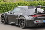 GT3 RS的测试仪在发动机罩和前翼子板上增加了通风孔