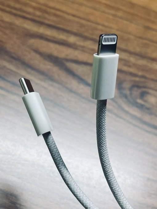 iPhone12编织充电线曝光,全新设计更加耐用