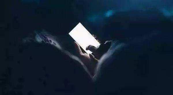 睡觉时手机放在枕头边有没有影响?来这里告诉你答案